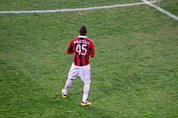 b53a4301706af Balotelli atuando pelo Milan no dérbi contra o Internazionale.