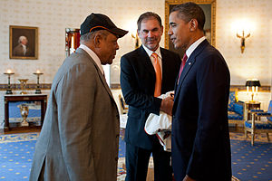 English: President Barack Obama talks with Wil...