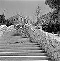 Beladen ezels bestijgen met een begeleider een trap die tegen een heuvel is aang, Bestanddeelnr 255-4249.jpg