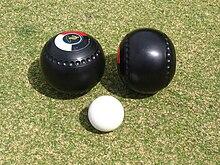 jeu de boules \u2014 wikip�diaboules (noires et asym�triques) et cochonnet (blanc) de boulingrin