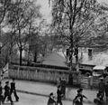 Britiske marinesoldater og offiserer marsjerer gjennom Elvegata (1945) (22651146258).jpg