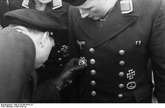 U-boat War Badge - Image: Bundesarchiv Bild 101II MS 0976 23, Ordensverleihung an U Boot Besatzung