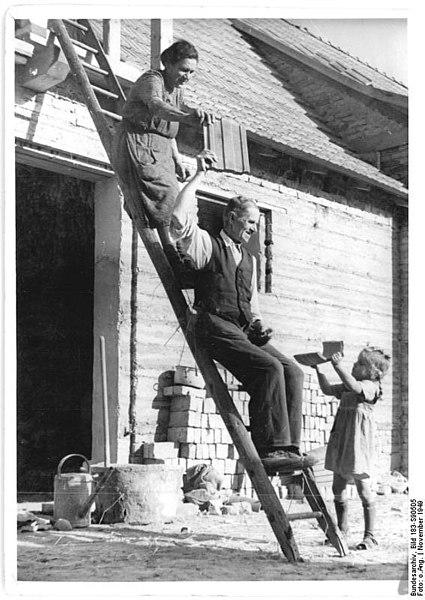 File:Bundesarchiv Bild 183-S90505, Belsdorf, Bau eines Wohnhauses.jpg