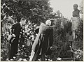 Burgemeester Cremers en wethouder Geluk leggen een krans bij het borstbeeld van prof. H.A. Lorentz op het Lorentzplein. NL-HlmNHA 54004644.JPG