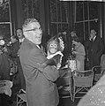 Burgemeester Thomassen bracht drie aapjes naar Blijdorp, hier met de jongste aap, Bestanddeelnr 918-2332.jpg