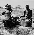 COLLECTIE TROPENMUSEUM Twee Samo vrouwen bij manden met voedsel TMnr 20010228.jpg