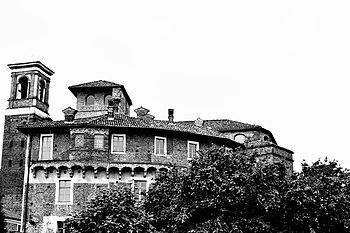 Castello La Rocchetta e campanile chiesa Santa Maria Assunta BW.JPG