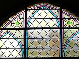 Leadlight - Image: Cerveny kostel okno adj straight