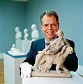 Christian von Holst 2005-02-22 mit Danneckers Tonmodell der Ariadne, Foto Steffen Jänicke.jpg