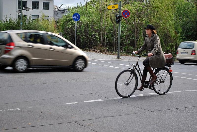 File:Ciclista en Schonenberger Ufer.jpg