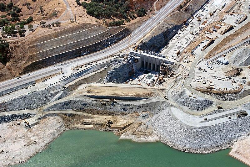 File:Corps repairs temporary construction cofferdam leak at Folsom Dam spillway (24400692742).jpg