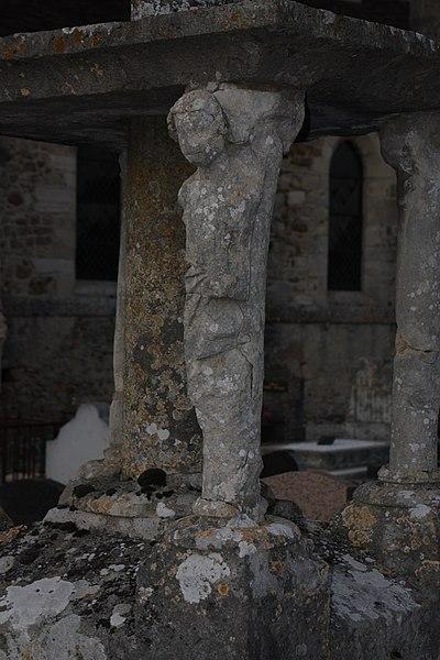 Croix de cimetière à Mézy - détail des statues du pied