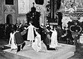Dansen in de kerk te Wenen, Bestanddeelnr 920-8054 (cropped).jpg