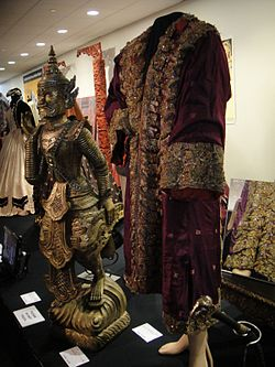 "Debbie Reynolds Auction - Yul Brynner ""King Mongkut"" purple royal robe from ""The King and I"" (5851595869) (3).jpg"