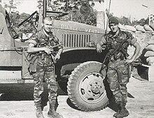 Opération militaire Francaise: La Baaille de KOLWEZI 220px-Deux_l%C3%A9gionnaires_parachutistes_arm%C3%A9s_de_MAT_49_lors_de_la_bataille_de_Kolwezi_en_1978_devant_un_camion_GMC