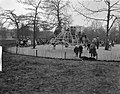 Druk bevolkte speelplaats in Vondelpark, Bestanddeelnr 913-7915.jpg