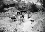 ETH-BIB-Lieferwagen im Fluss-Kilimanjaroflug 1929-30-LBS MH02-07-0292.tif