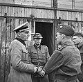 Een hoge Duitse officier spreekt met kamppersoneel, Bestanddeelnr 900-3418.jpg