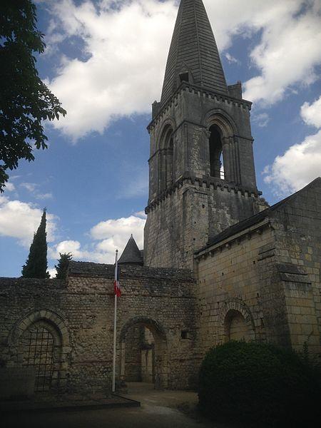 Église Saint-Eusèbe à Gennes (Maine-etLoire, France), vue sur le monument des cadets.