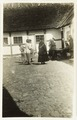En grupp människor på innergården av en bondgård, Östtorp, Skåne - Hallwylska museet - 106531.tif