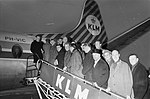 Feijenoord naar Zuid-Frankrijk vertrokken, het elftal bij het aan boord gaan, Bestanddeelnr 914-7668.jpg