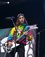 File-13-06-08 RaR Pierce the Veil Vic Fuentes 07.jpg