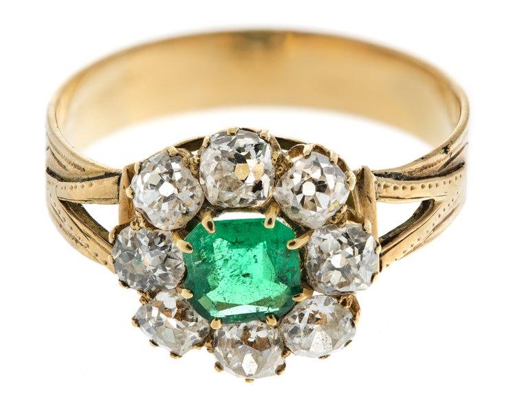 Fingerring av guld med smaragder och briljanter, 1800-tal - Hallwylska museet - 110182