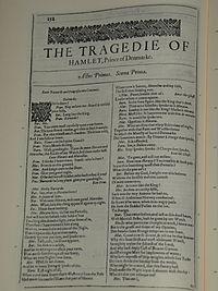 Faksimiler af første side i The Tragedie of Hamlet, Prince of Denmarke fra First Folio, publiceret i 1623