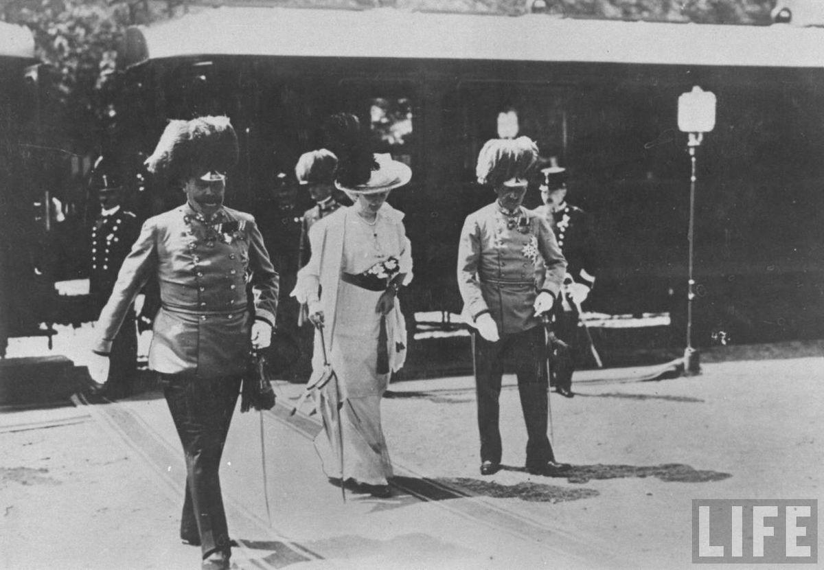 Franz Ferdinand & Sophie at Sarajevo Station.jpg