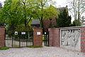 Friedhofskapelle und Eingangsrelief.jpg
