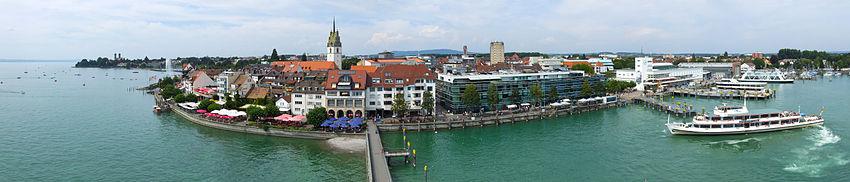 Panorama Friedrichshafens mit Uferpromenade, Altstadt und Hafen (Blick vom Moleturm)