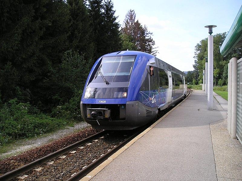 Un des derniers trains ayant circulé sur la ligne avant sa fermeture le 28 août 2005