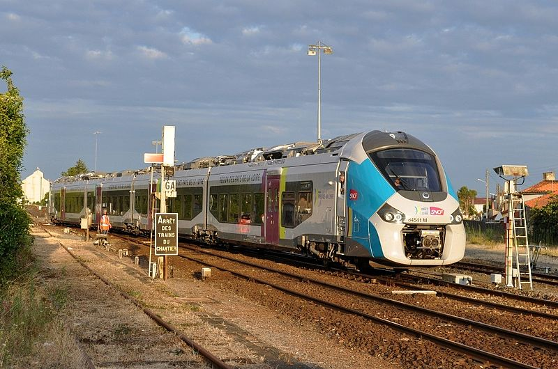 Gare de Luçon - Une rame Regiolis quitte son garage 800px-Gare_de_Lu%C3%A7on_-_Une_rame_Regiolis_quitte_son_garage
