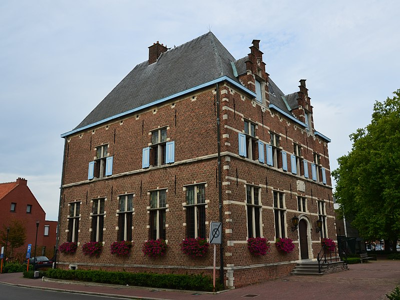 Picture of the facade and side wall of the town hall of Aartselaar, a building on the Flemish heritage list (number 12414)