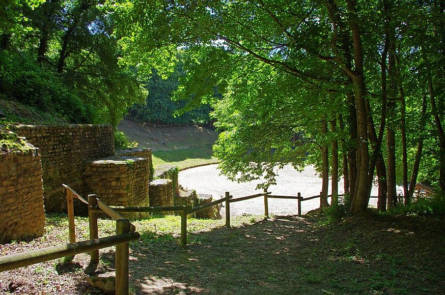 Amphithéâtre Gallo-Romain de Gennes (Maine-et-Loire).  C'est un demi amphithéâtre adossé à la colline de Mazerolles au sud du bourg de Gennes. Des fouilles récentes montrent que cet amphithéâtre construit à la fin du pemier siècle fut utilisé jusqu'au début du troisième siècle (comme l'indique les éléments mobiliers, monnaies et poteries, retrouvés).   La cavea* est uniquement constituée de la pente du coteau.   Il reste des vestiges des parties basses, podium et mur d'enceinte de l'arène.   Ici, grand mur à contreforts conduisant à l'entrée Est de l'arène. Il soutient la colline servant de cavea*.  Cavea: Dans un amphithéâtre romain c'est la partie formée par les rangées de gradins où s'asseyaient les spectateurs.  Amphitheatre Gallo-Romain of Gennes (Maine-et-Loire).  This is a semi amphitheater backs onto the hill of Mazerolles south of the town of Gennes. Recent excavations indicate that this amphitheater built in the late 1st century was used until the early third century (as indicated movable Elements, coins and pottery, find yourself).  The cavea* is only constituted the slope of the hillside.  Vestige of the lower parts, podium, and wall of the arena.  Here, large wall foothills leading to the eastern entrance of the arena. It supports the hill serving cavea *.   Cavea: In a Roman amphitheater is the area formed by the rows of bleachers where spectators sat.