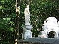 Grodzisko Skała-Widok rzeźby na murze okalającym.jpg