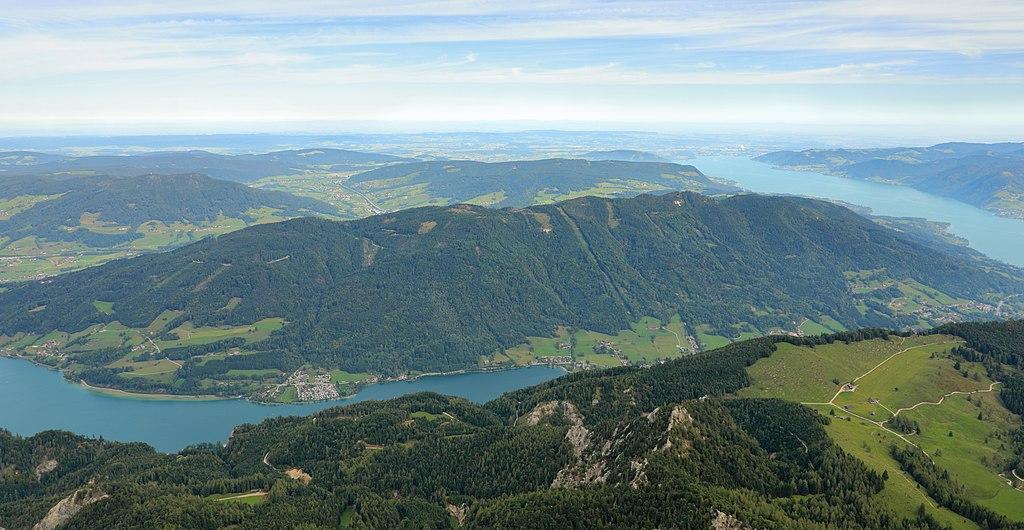 """Mondsee und Attersee (UNESCO-Welterbe Prähistorische Pfahlbauten um die Alpen). Blick vom Höhenzug """"Hochplett"""""""
