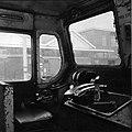 HUA-151614-Afbeelding van de cabine van de Engelse locomotief nr E27002 serie 1500 te Tilburg.jpg