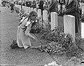 Herdenking Oosterbeek kinderen leggen bloemen, Bestanddeelnr 905-9618.jpg