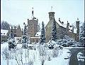 """Het kasteel """"Cantecroy"""", exterieur , alg.zicht - gevel met 20ste eeuws gebouw en aansluitend kapel - alg.zicht - Binnenhof met park (R.45°) - 356780 - onroerenderfgoed.jpg"""