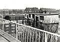 Het oude uitgebrande wijkcentrum (oude schoolboot), blokkeerde het scheepvaartverkeer op het Spaarne bij de Prinsenbrug uit protest tegen de gemeente Haarlem, hebben de bewoners van de Harmenjanswijk .JPG