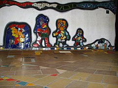 ...tiene mosaicos en las paredes.