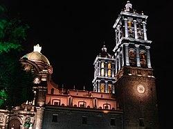 Vista nocturna de la catedral de Puebla.