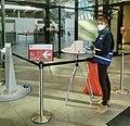 Impfzentrum Bonn - Manuelle Messung der Körpertemperatur im Eingangsbereich.jpg