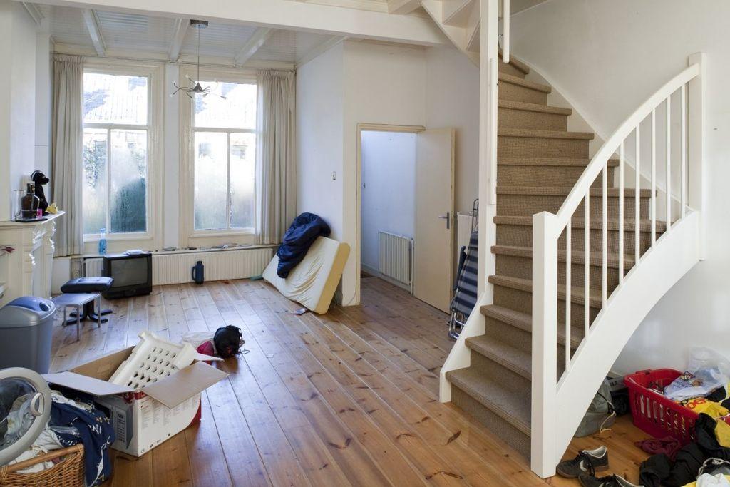 File interieur overzicht van de woonkamer met keuken met zicht op het halletje en de trap naar - Trap in de woonkamer ...