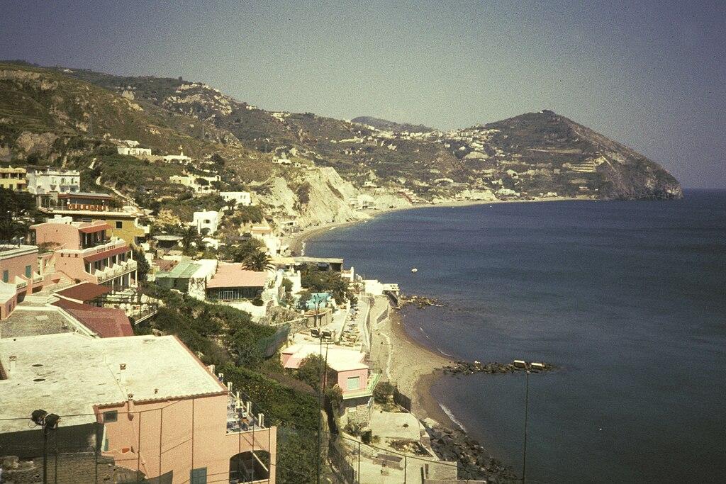 Au confins de l'île d'Ischia : Vue sur le village de Sant'Angelo et la plage des Maronti.
