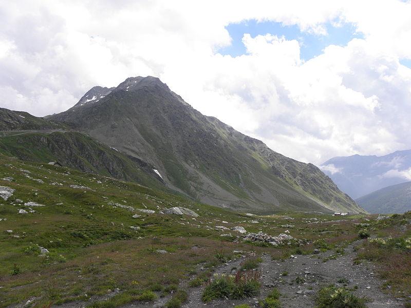 File:Italienische Seite des Grossen Sankt Bernhard (2469m).jpg