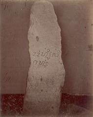 KITLV 87616 - Isidore van Kinsbergen - Inscribed stone at Kawali near Tjiamis - Before 1900.tif