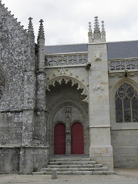 Vue méridionale du porche des hommes de la chapelle Notre-Dame de Kernascléden (56).