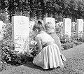 Kinderen leggen bloemen op de Britse militaire begraafplaats Oosterbeek (2).jpg